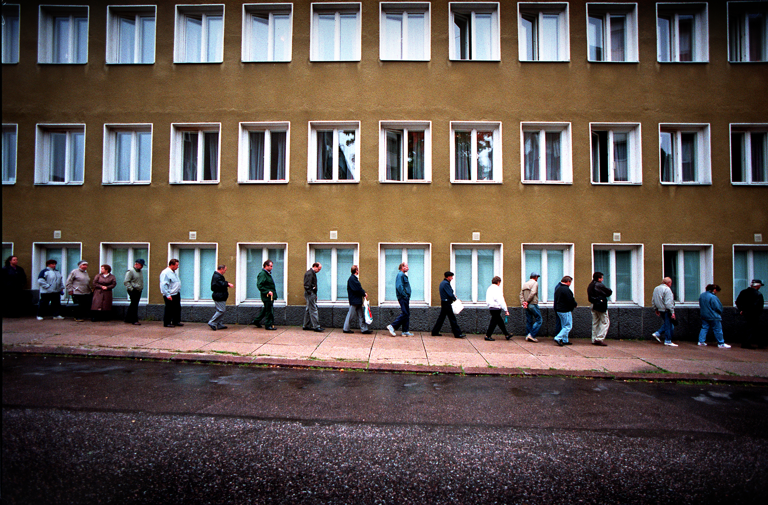 Pelastusarmeijan leipäjono , Helsinki, Suomi 1997