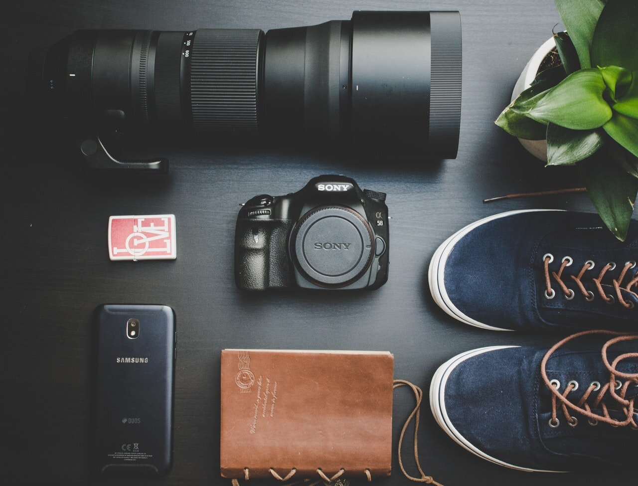 How do you decide between a mirrorless camera and a DSLR? Here's a guide for the best sony mirrorless camera for travellers.