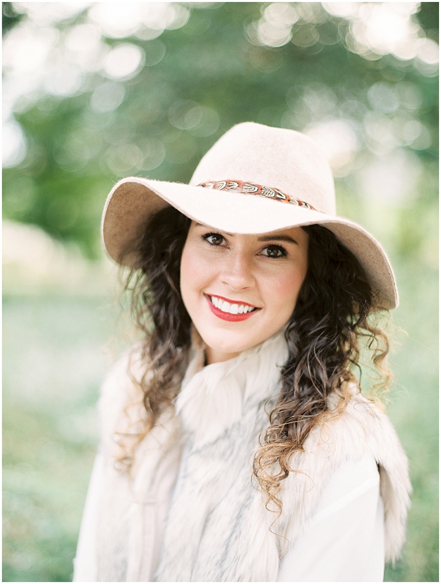 Don'y you love her natural curls and floppy hat for this anniversary session?