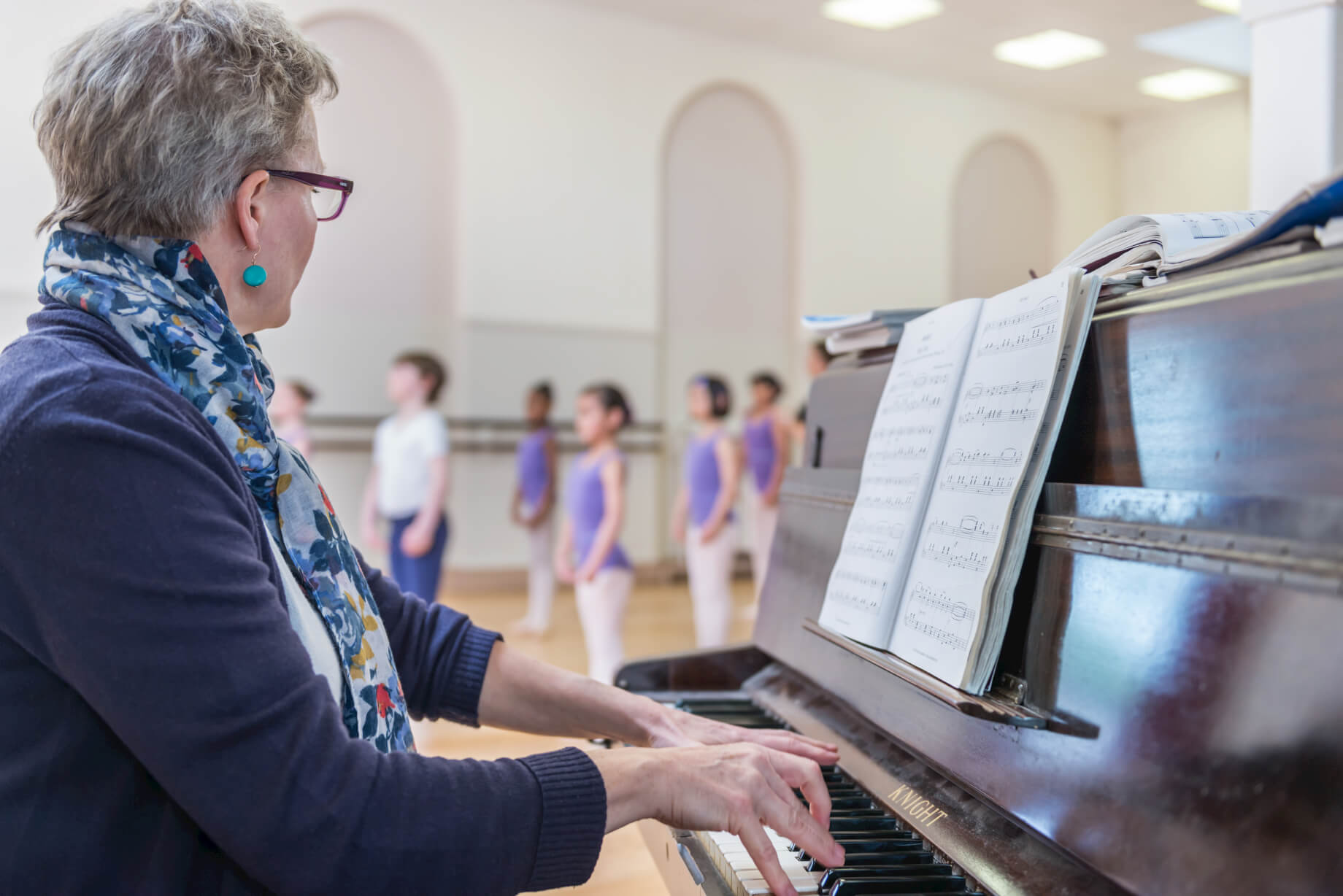 rnsd-pianist-ballet-classes-teacher-at-piano-class-in-background-dance.jpg