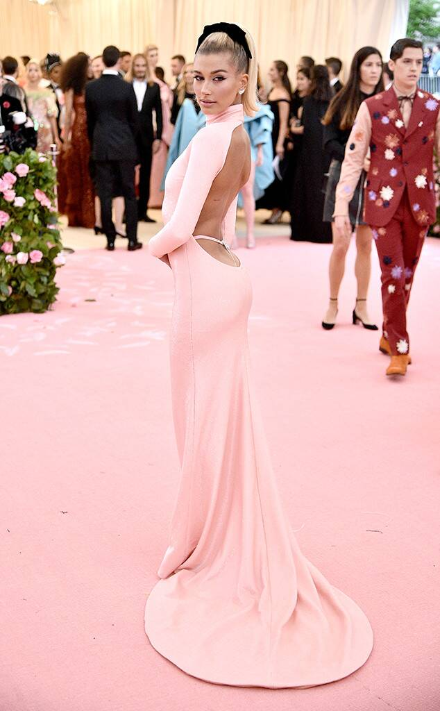 rs_634x1024-190506182232-634-Hailey-Bieber-GettyImages-1147424749.jpg