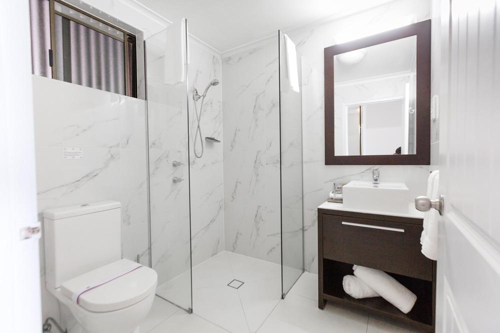 Absolute Beachfront Suite Bathroom