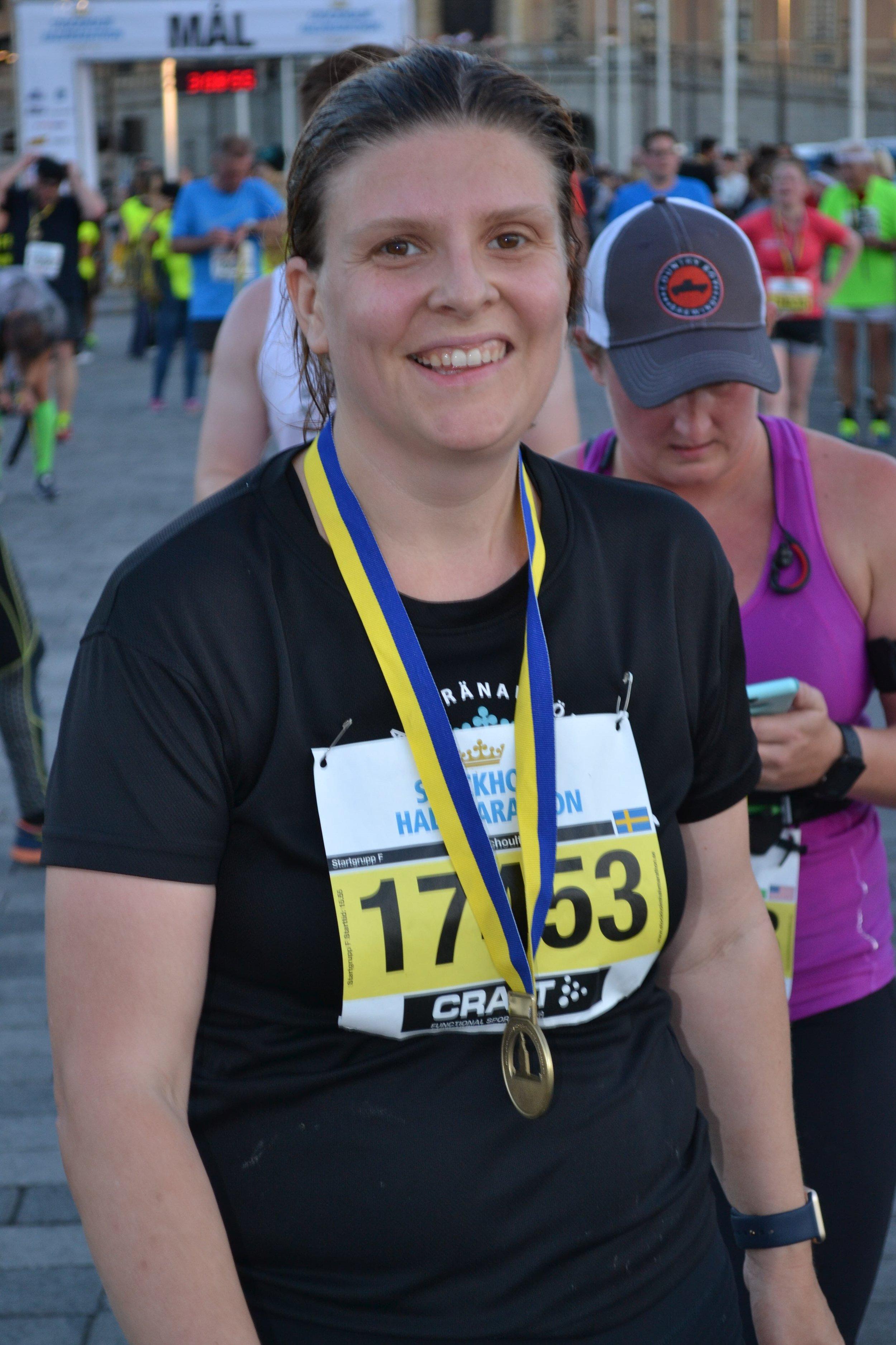 Glad motionär äntligen i mål vid Stockholm halvmaraton funderandes på hur tarmfloran förändrades av detta krafttag.