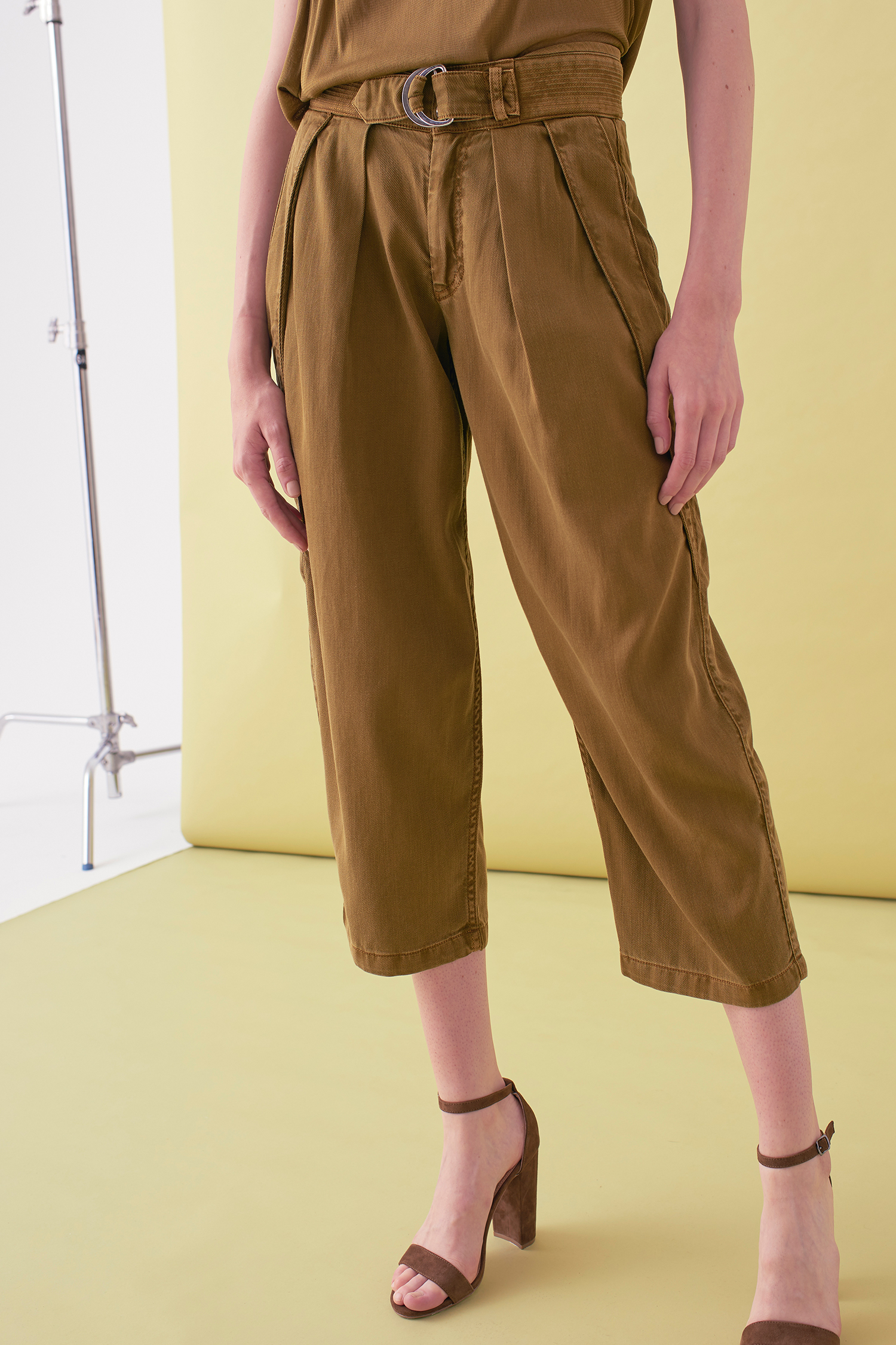 Sarah_Swann_SS17_08_Garment_Dyed_Cotton_Cropped_Tapered_Trouser_Olive_F.jpg