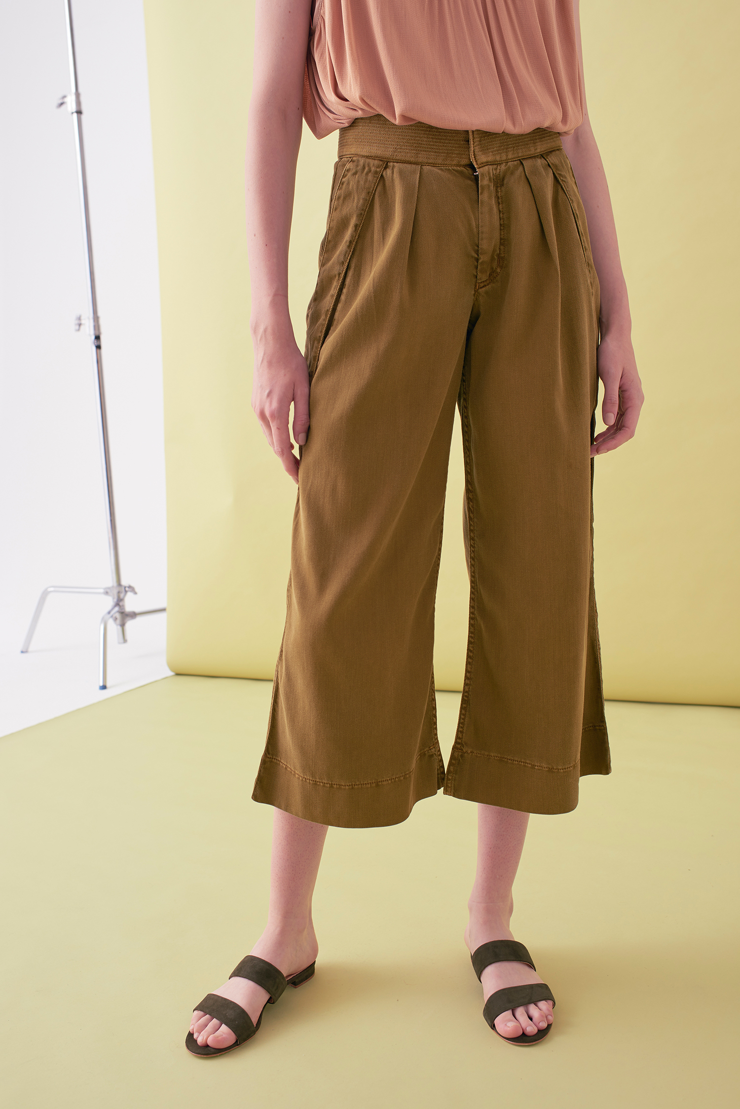 Sarah_Swann_SS17_16_Garment_Dyed_Cotton_Wide_Cropped_Trouser_Olive_F.jpg