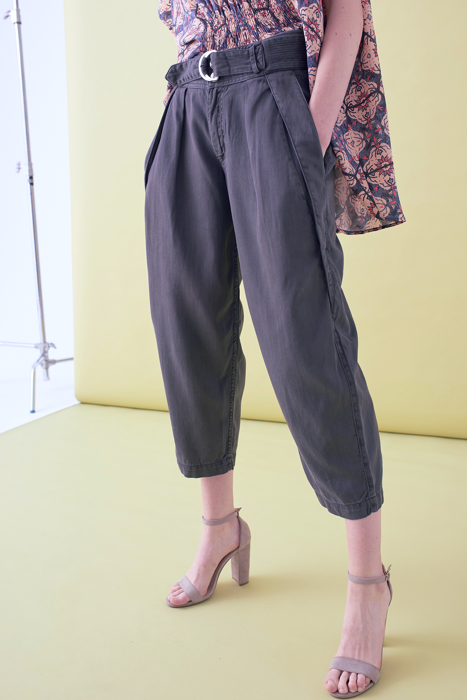 CROPPED TAPERED TROUSER     –    IN STOCK