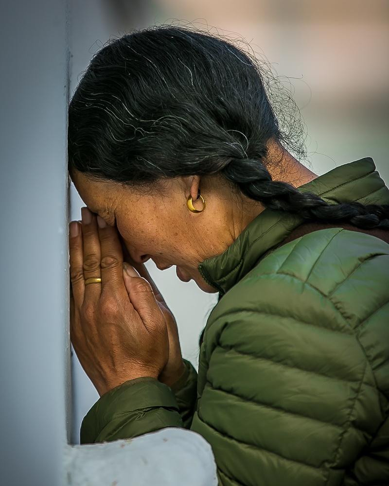 woman_praying_boudha_nepal.jpg