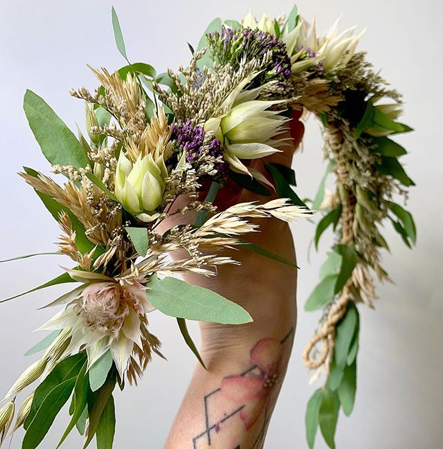 Flower crowns will always be a favorite of mine to design. It's one of the reasons I became a florist because I knew how much I loved making them and I wanted to continue creating them. This one is half dried/ half fresh 🌾🌾