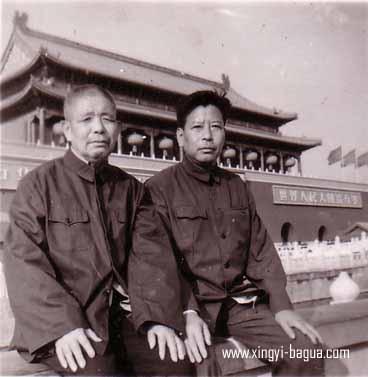 左 八卦掌名师 陈文卿(沙市) 右 形意八卦名家 张兆龙(北京)  Left: The well known Bagua Zhang Master, Chen Wenqing (Shashi);  Right: A famous Xingyiquan and Bagua Zhang Master, Zhang Zhao Long (Beijing)