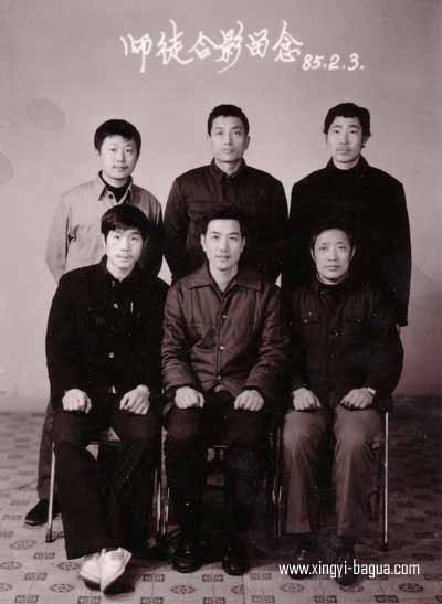 85年在沙市弟子磕头后师徒留影 前排右起 李必训 师父刘敬儒 胡耀武 后排右起 李建章 张正平 何顺财  Pictured after the Apprenticeship Ceremony in 1985. Front row, from right to left: disciple Li Bi Xun, Master Liu Jing Ru, and disciple Hu Yao Wu; Back row from right to left: disciples Li Jian Zhung, Chang Cheng-Ping, and Ho Shun Choi.