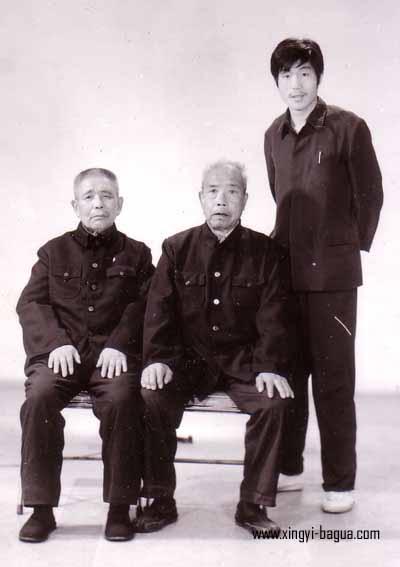 80年代沙市合影 左 形意八卦名师 陈文卿(湖北)中 形意八卦名家 王其昌(北京)右 学生胡耀武  Picture taken at Shashi in the 1980's. Left: Xingyi Bagua Master Chen Wen Qing (Hubei); Middle: Xingyi Bagua Master Wang Qi-chang (Beijing); Right: Disciple Hu Yao Wu.