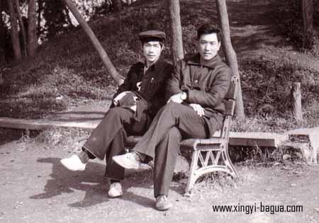 师徒合影(81年荆州) 右 刘敬儒(师父) 左 胡耀武(弟子)  Master and disciple photo (Jingzhou, 1981). Right: Master Liu Jingru; Left: Disciple Hu Yao Wu.