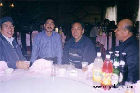 右一 师叔(形意拳名家)李克仁 左一 师父(形意拳名家)付其祜 右二 陈式太极拳泰斗冯志强 左二 弟子胡耀武 在北京合影  Picture taken in Beijing: Right: Master Li Ke Ren (Xingyiquan master); Left: Master Fu Chi Hu (Xingyiquan master); second from the right: Grand Master Feng Zhiqiang (Chen Style Taijiquan); second from the left: Disciple Hu Yao Wu.