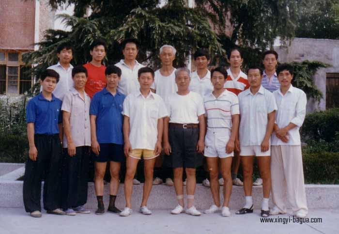 师徒合影(89年荆州)前排为沙市弟子,师父耿德福居中 右一 胡耀武等人 后排为武汉弟子 右一 耿玉运(师父亲子)等人  Master and disciples photo (1989, Jingzhou, China); Front row: Master Geng De Fu was in the center; rest of them were all disciples in Shashi; Hu Yao Wu was at the front, first right. The back row were all disciples from Wuhan. Geng Yu Yun (Master Geng De Fu's son) was at the back right.