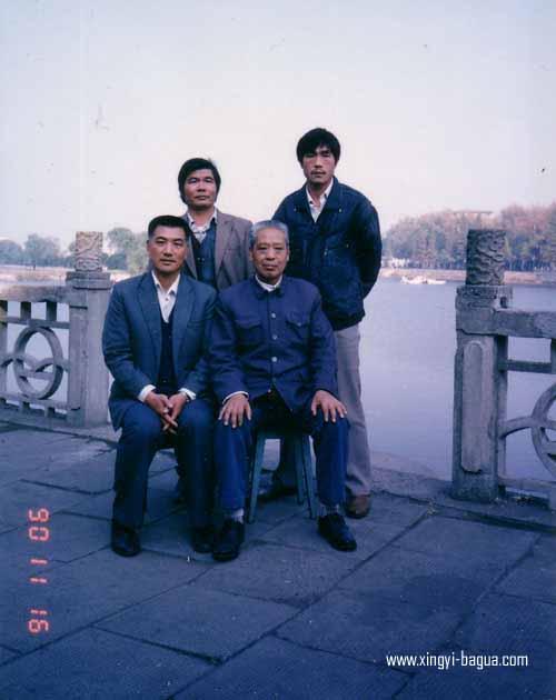 前排左 师父刘敬儒 右 师父耿德福 后排左 林耀斌 右 弟子胡耀武 90年沙市合影  Masters and disciples photo (1990, Shashi, China); Front Row: Master Liu Jing Ru (Left); Master Geng De Fu (Right); Back Row: Lin Yao Bing (Left); Hu Yao Wu (Right).