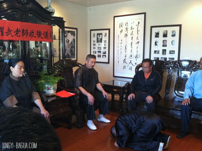 Student Fuyuan Chang bows to Master Hu.