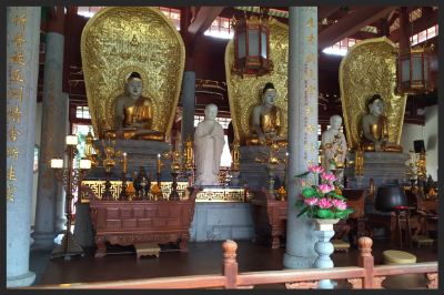 The children observed the different statues of the gods in the Mahavira Hall.