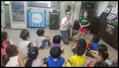 After the video, Zheng Xun asked the children questions about what they've watched and the children showed excellent recall.