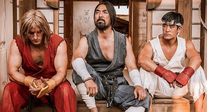 Ansah e Howard interpretano ancora i ruoli di Akuma e Ken, ma Foo è stato sostituito da Mike Moh in quello di Ryu. Quello al centro è Padre Maronno.