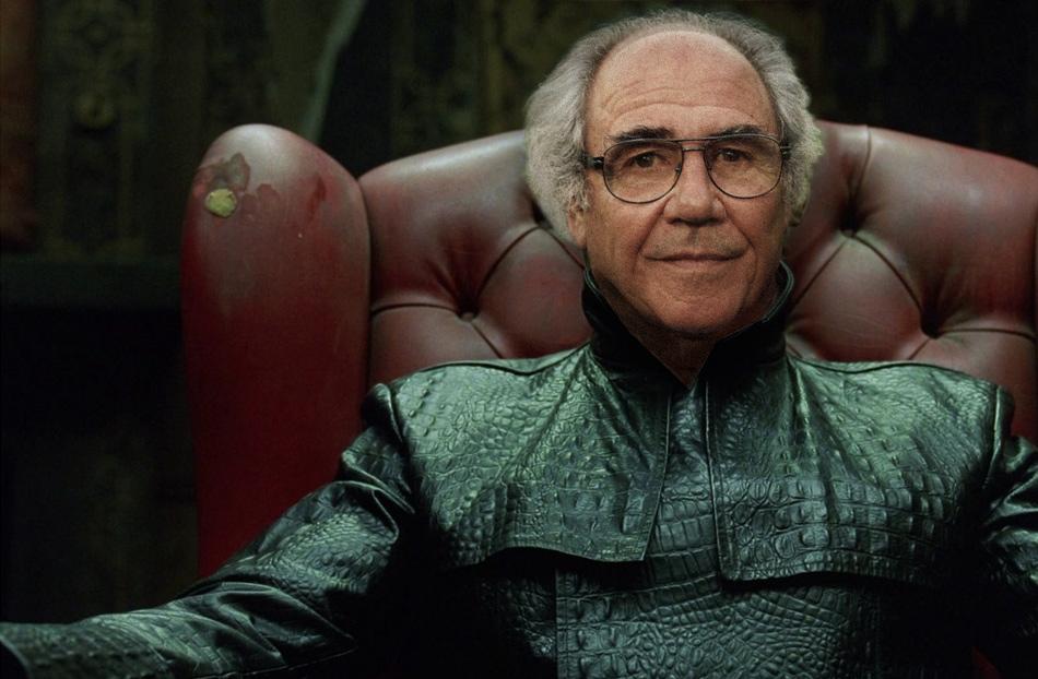 """Dopo avere girato il primo Matrix, i registi del film, i fratelli Wachowski, hanno preso contatto con Jean Baudrillard per chiedergli di fornire la sua consulenza per i sequels in preparazione. Ma il filosofo francese ha rifiutato. """"Matrix è un po' il film sulla Matrice che avrebbe potuto fabbricare la Matrice""""."""
