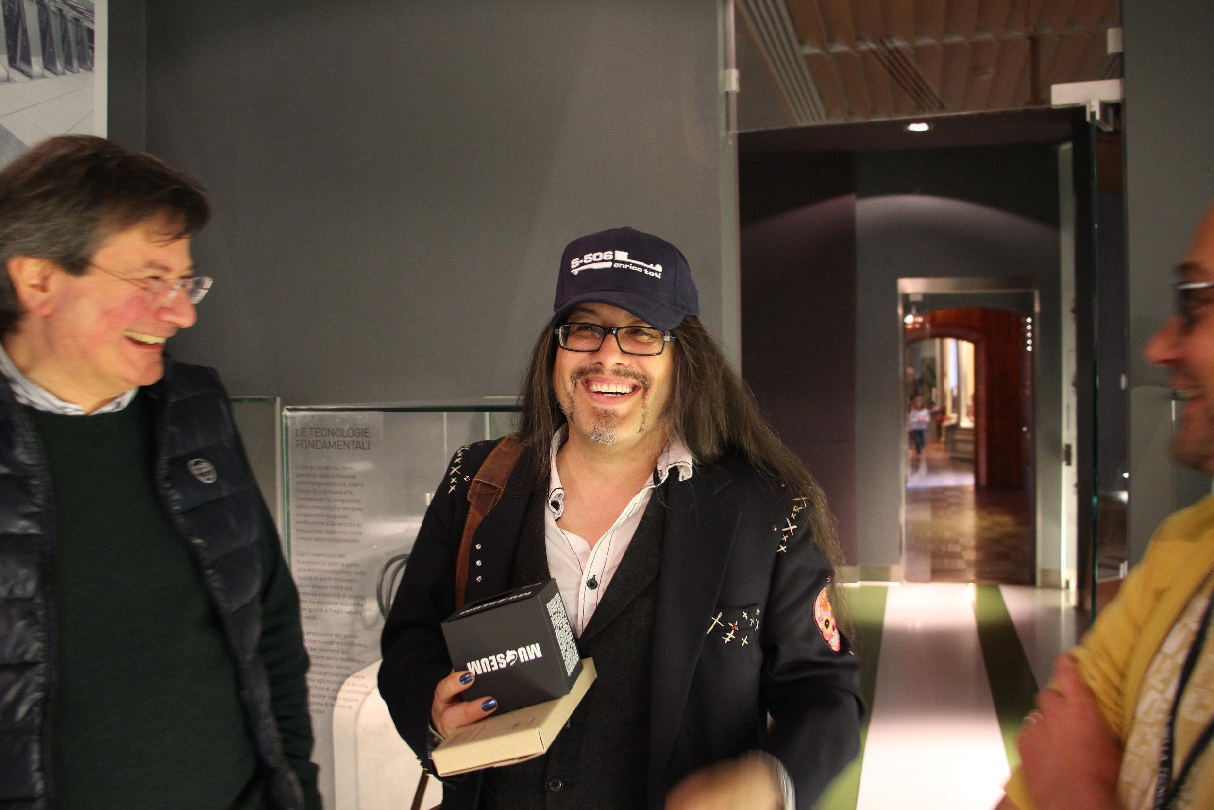 Romero accetta omaggi di dubbio gusto dal direttore del museo.jpg