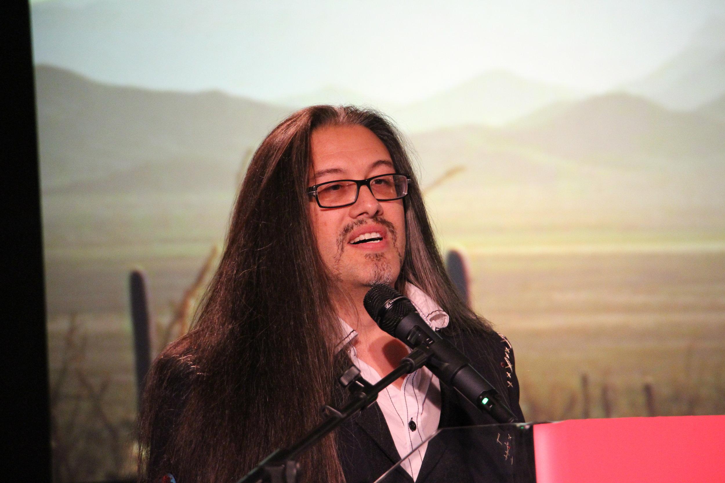 John si compiace durante il talk.jpg