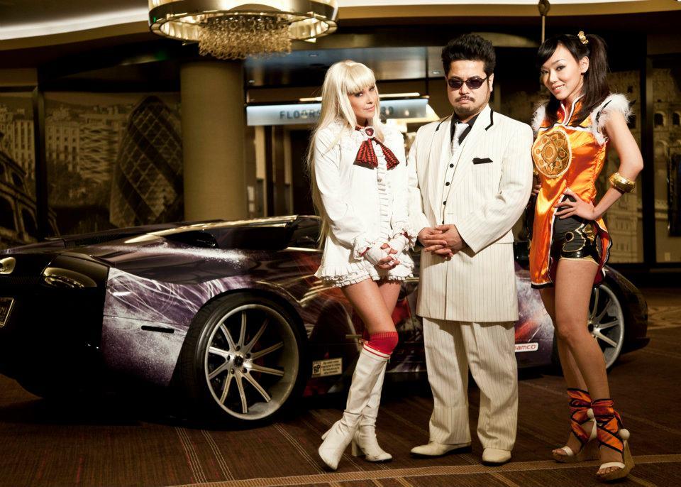 Chi, secondo voi, è il director della serie in questa foto? Un indizio: è una delle tre figure davanti all'auto.