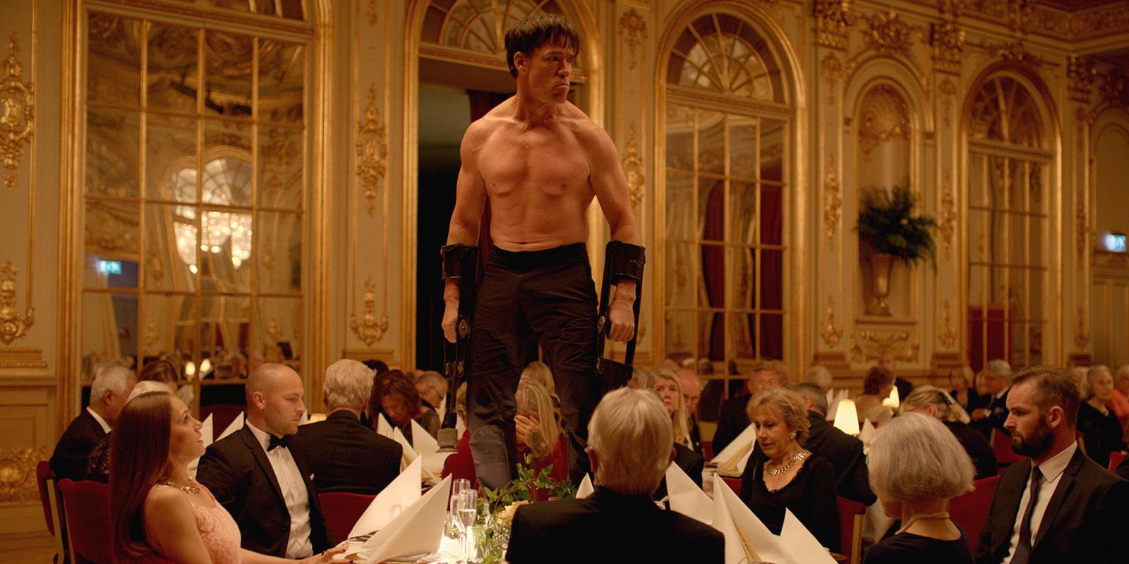 """La performance """"animalesca"""" di Terry Notary si mangia tutto il film."""