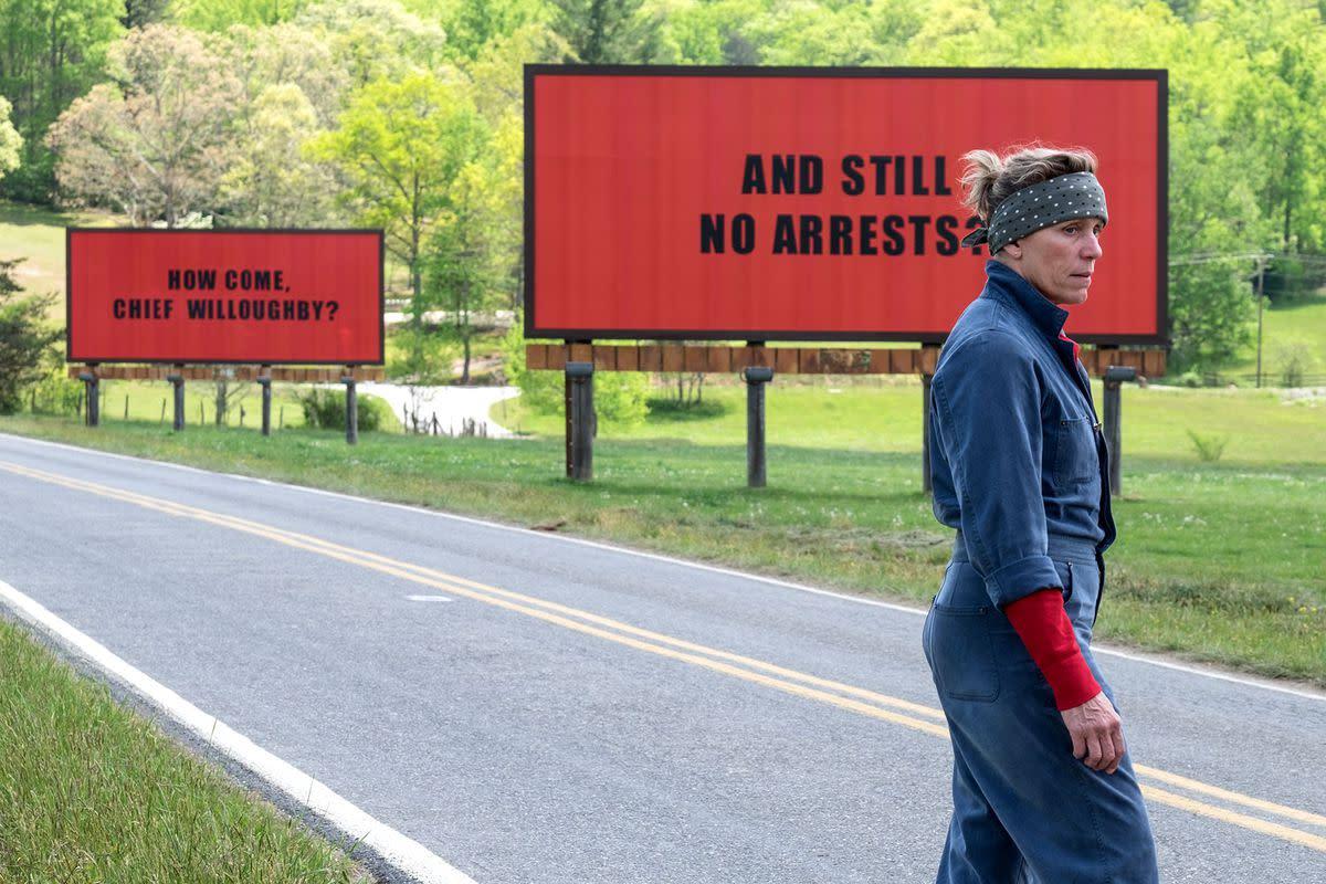 """Le domande incise sui manifesti rimandano al sottotesto """"linguistico"""" del film."""