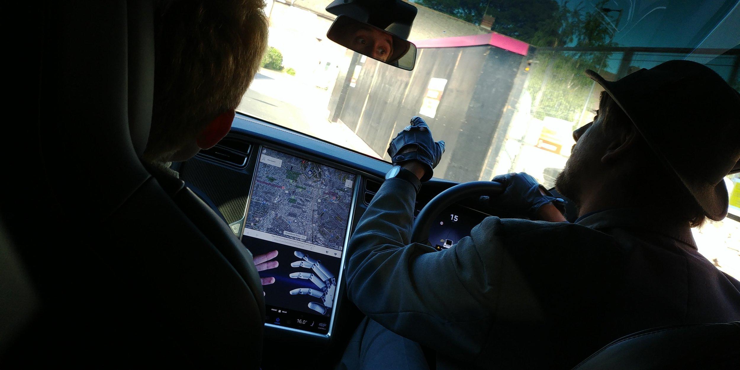 C'è pure il navigatore tarato su Los Angeles! L'autista, fra l'altro, comincia subito a darti informazioni utili per il gioco.