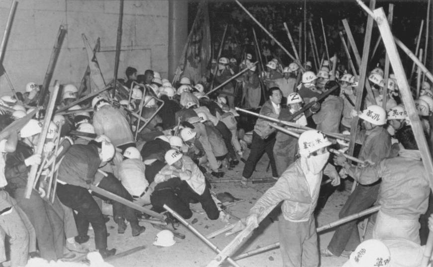 Membri della Fazione rivoluzionaria marxista (Kakumaru-ha) e della Lega rivoluzionaria comunista (Chukaku-ha) durante uno scontro a Tokyo, nel 1968.