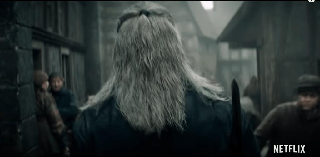Il teaser inizia con il nostro massiccio Geralt (Henry Cavill) che attraversa una fatiscente città mentre è letteralmente schifato dallo sguardo dei villici. Questo frame è probabilmente tratto dalla puntata pilota della serie… che narrerà di Blaviken e di un certo fattaccio.
