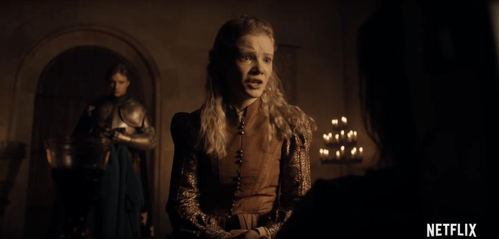 The Witcher  è prima di tutto, una grande storia di sentimenti. Nella foto, una spaventata Leoncina di Cintra (Cirilla Fiona Elen Riannon - Freya Allan) al capezzale di Calanthe, la nonna ferita. Dietro di loro c'è Sir Lazlo(?), l'uomo che dovrebbe accompagnarla in salvo?