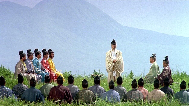 Ran , l'anziano daimyō Hidetora Ichimonji accompagnato dalla corte, e dai figli Taro, Jiro e Saburo.