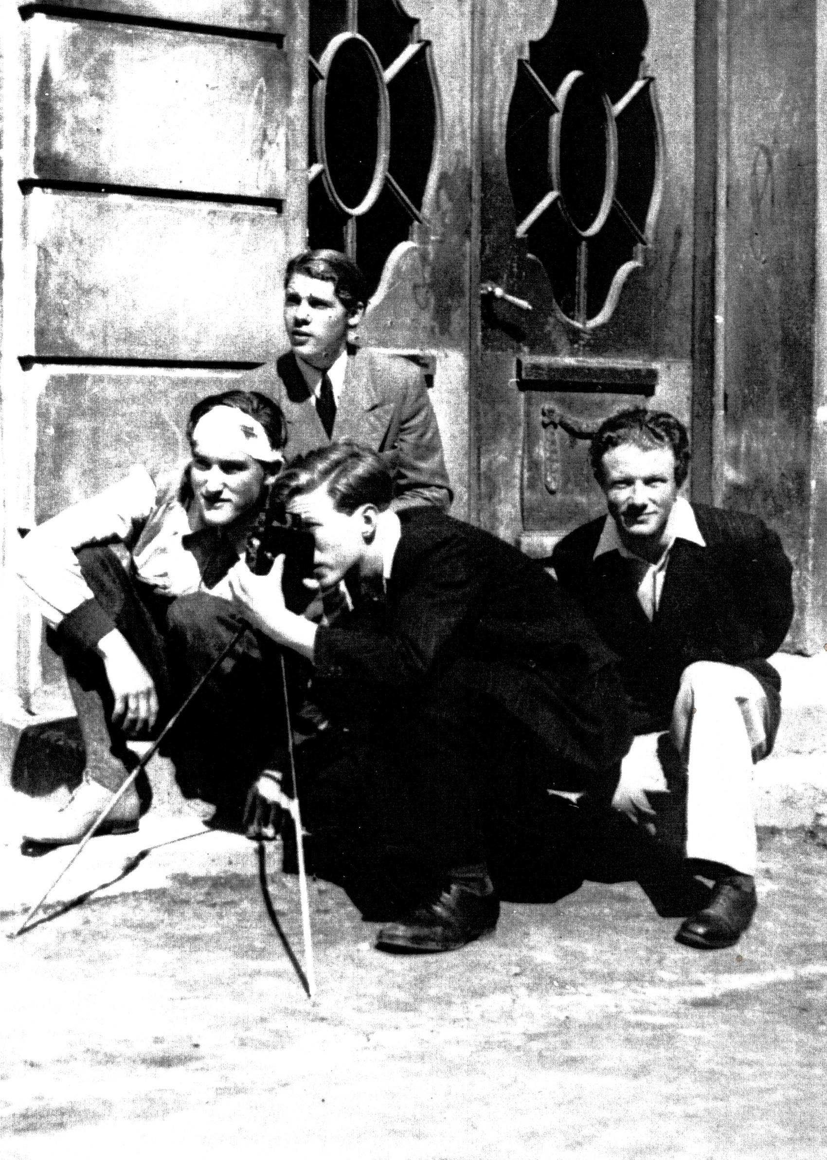 Fra innspilling av amatørfilm i Harstad 1946. Olav Nilsen, Rolv Hjelsmø, Knut Andersen, Konrad Wallin. Foto: Nasjonalbiblioteket.