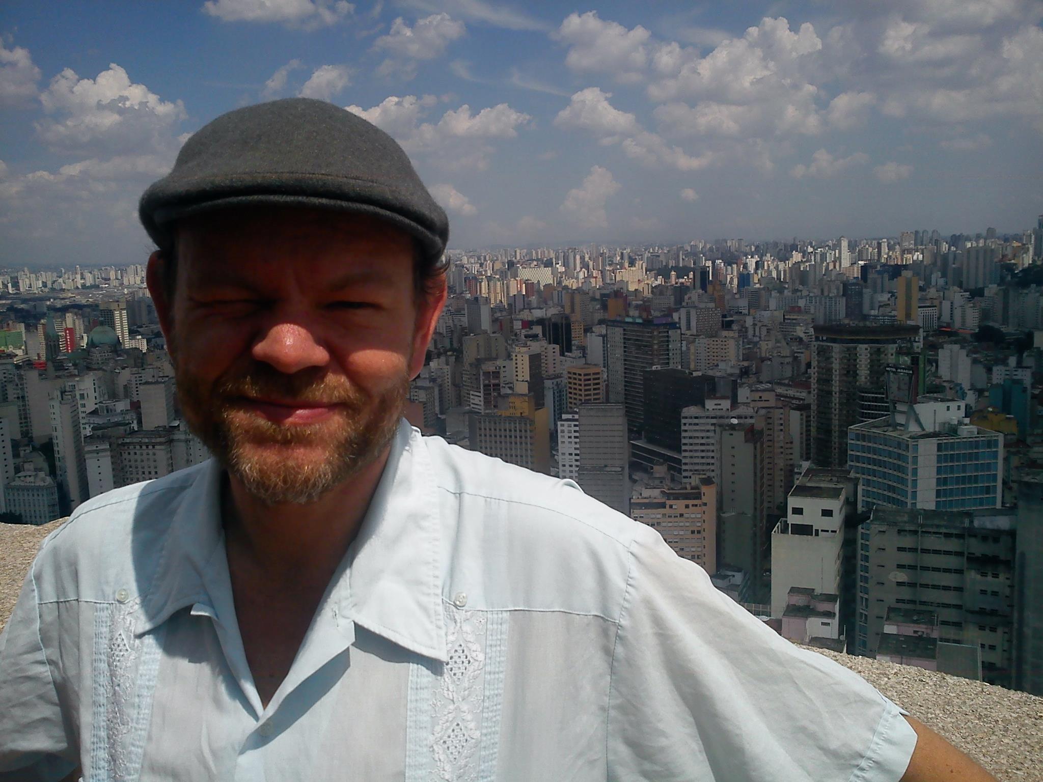 Per Platou, leder av Videokunstarkivet, er kunstner og kurator, og har jobbet med elektroniske media, lydkunst, radio, film og teater. Han har kuratert en rekke utstillinger, visninger og prosjekter i Norge og internasjonalt.