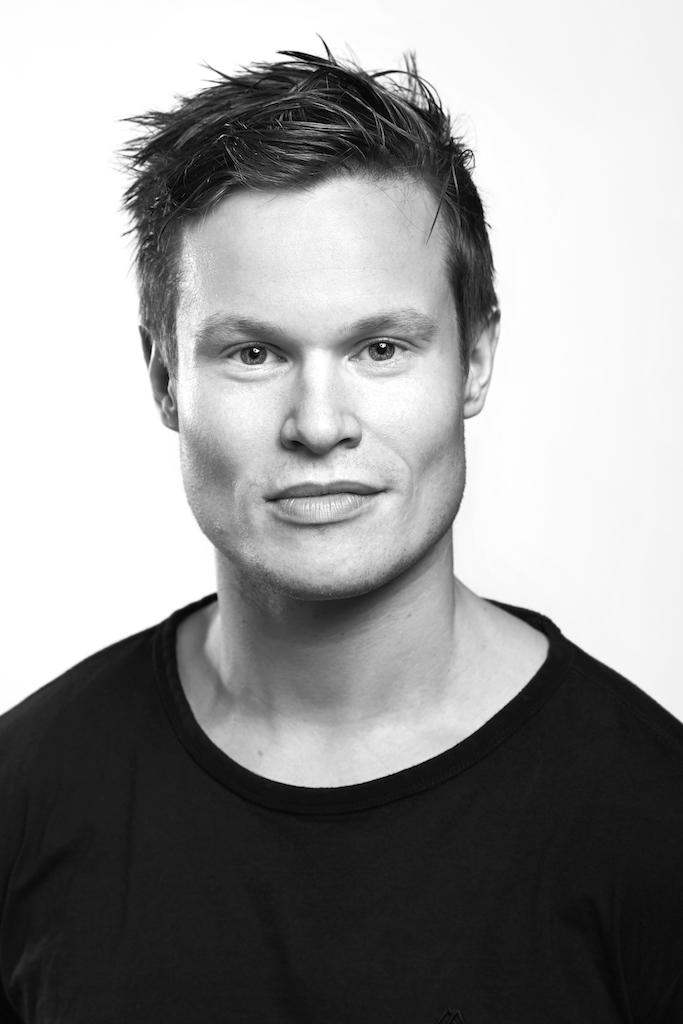- De fleste kjenner kanskje Kim Jøran Olsen fra snowboard- og skatebutikken 5050 og gamingmiljøet i Harstad. I en alder av 23 år tok livet hans en helomvending med en lokal teateropptreden. Den resulterte i at han googlet