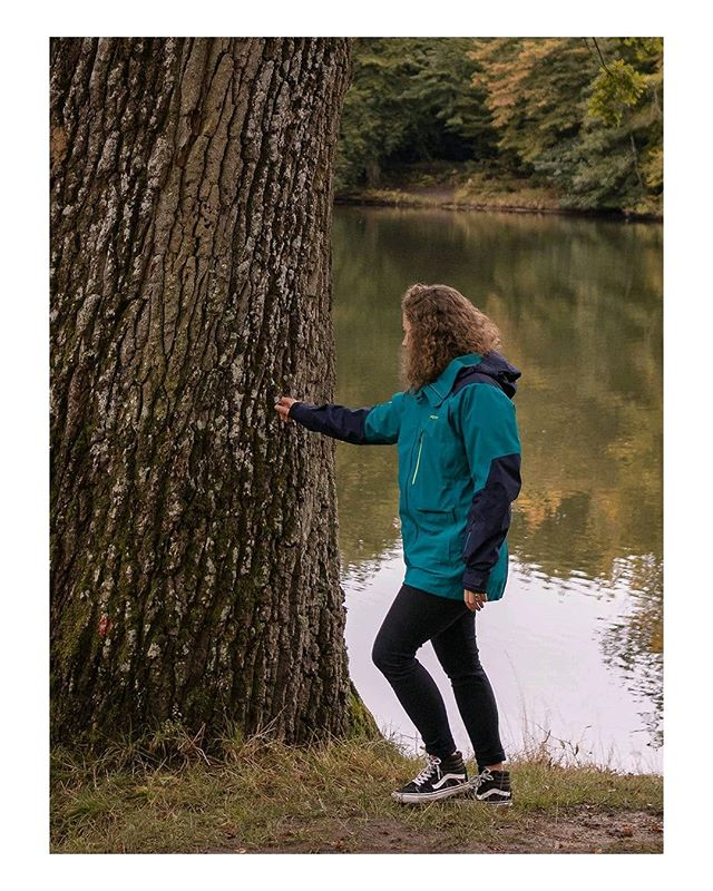 hugging trees and connecting with nature. // #sundaythoughts Hugging trees has a bad image. It's labeled as something weird people do. @vbcara might be a little weird sometimes, but in a lovely crazy way. And yes, she's literally hugging trees regularly, even (or should I say only) when there's nobody with a camera around. That's her way of connecting with nature, with something that has been here long before she has and that will hopefully outlast her, too. Hugging trees won't safe the world, but it might change yours. It could help remind us that there's something greater than us to protect and care about. So, maybe we should all hug trees sometimes?