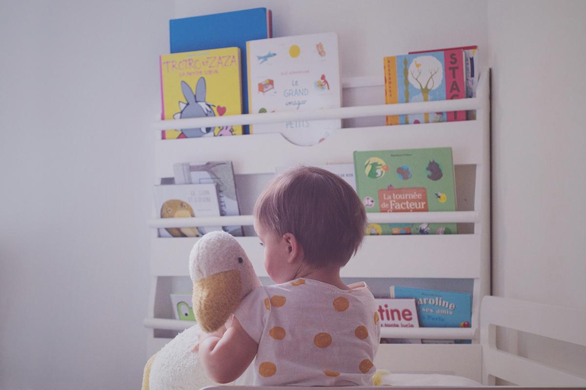 Péa les maisons. Un coin lecture lumineux dans une chambre partagée par deux petites filles