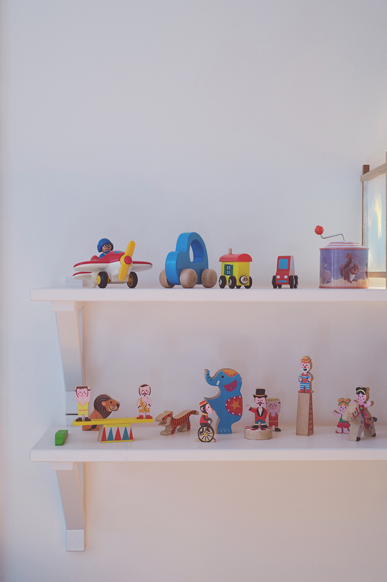 Péa les maisons. Display toys on shelves in children's room