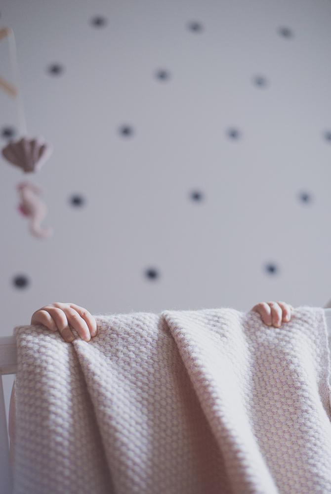 Péa les maisons. Des autocollants muraux pour décorer cette chambre partagée par bébé et sa grande soeur