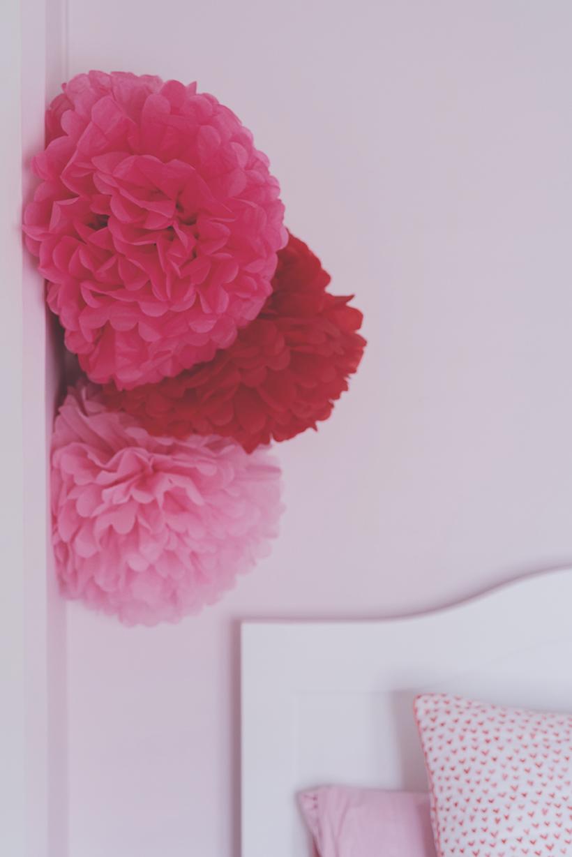 Péa les maisons. Des pompons en papier rose pour décorer une chambre d'enfant