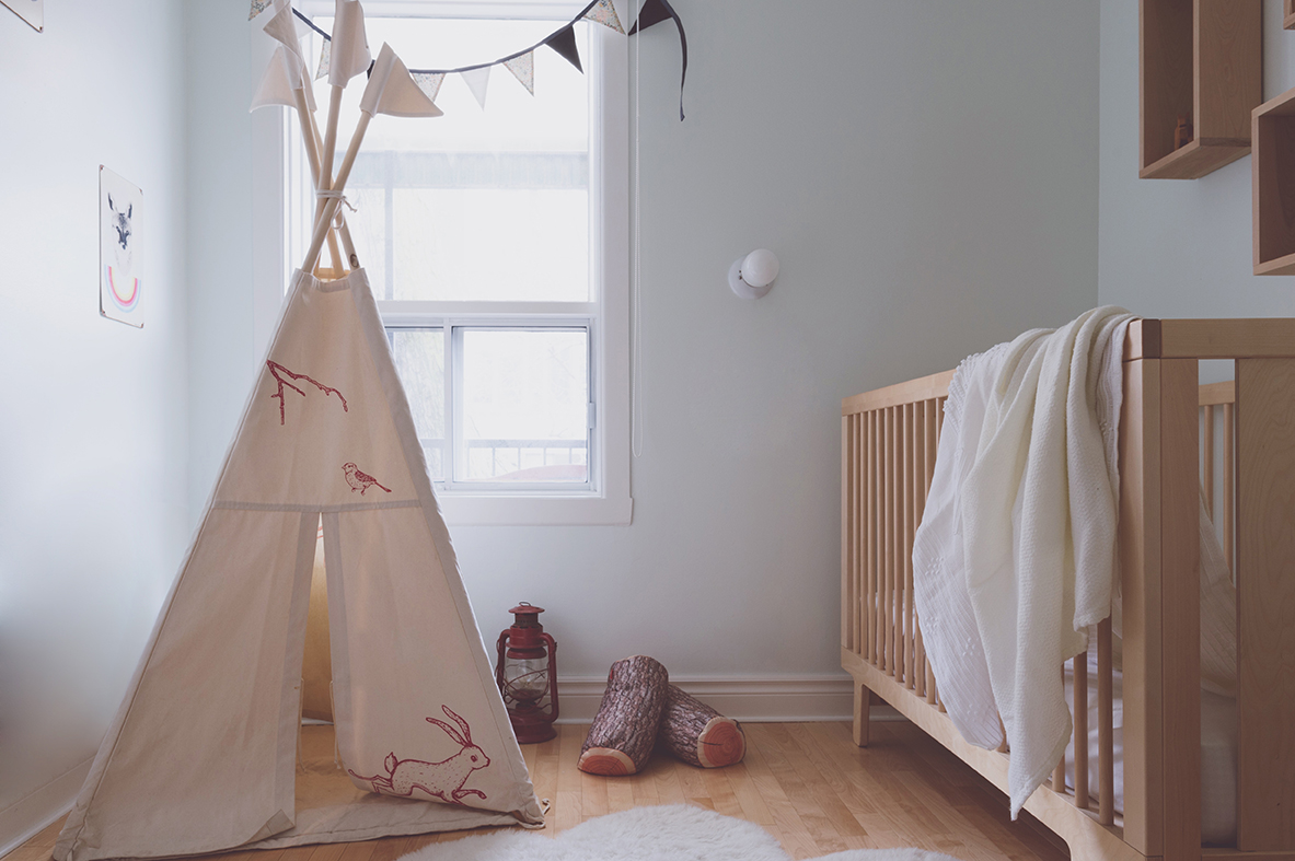 Péa les maisons. Soft and natural tones bedroom for toddlers with a nice teepee