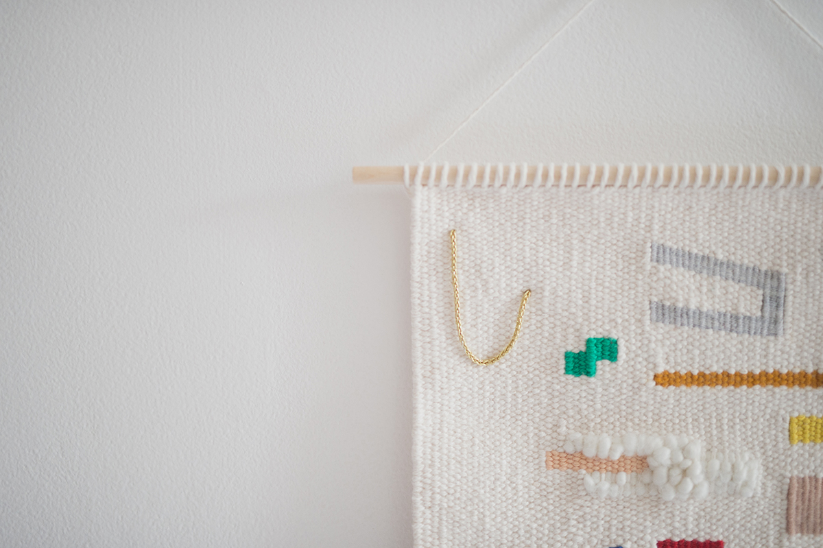 Péa les maisons. A modern woven wall hanging in a bright toddler girls room