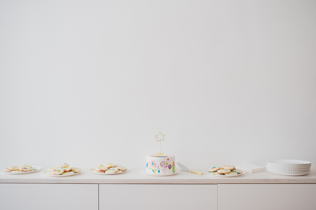Péa les maisons. Simple and minimalistic dessert table for a magical children's party