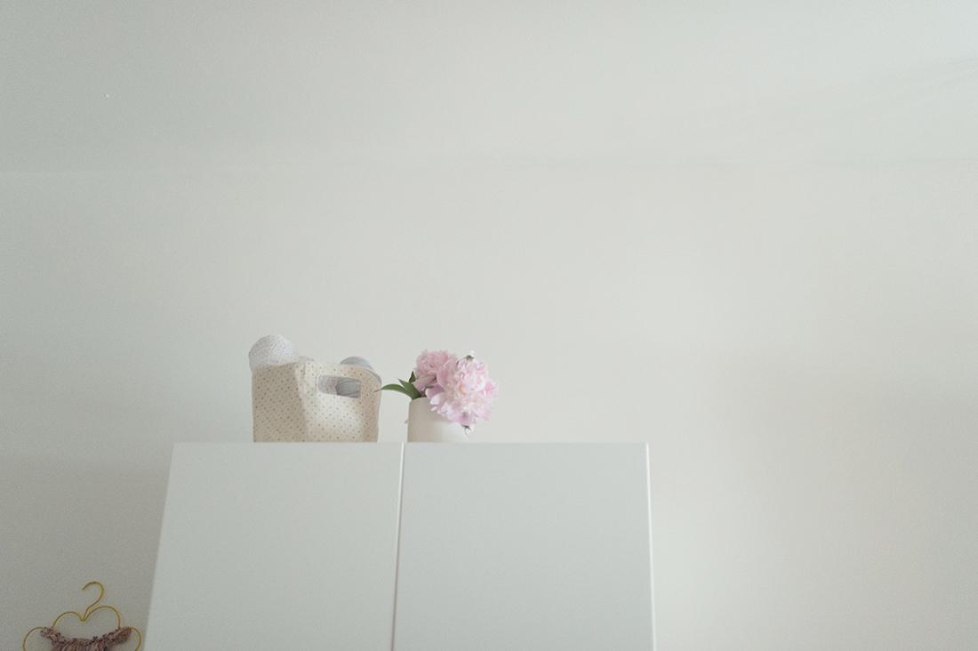 Péa les maisons. Flowery detail in a calm children's bedroom with pastel tones