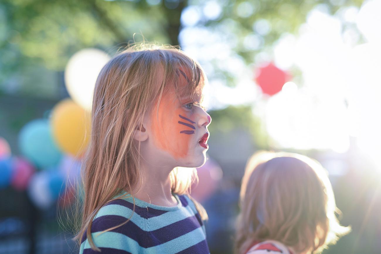 Péa les maisons.  Make-up, always a children's party favorite