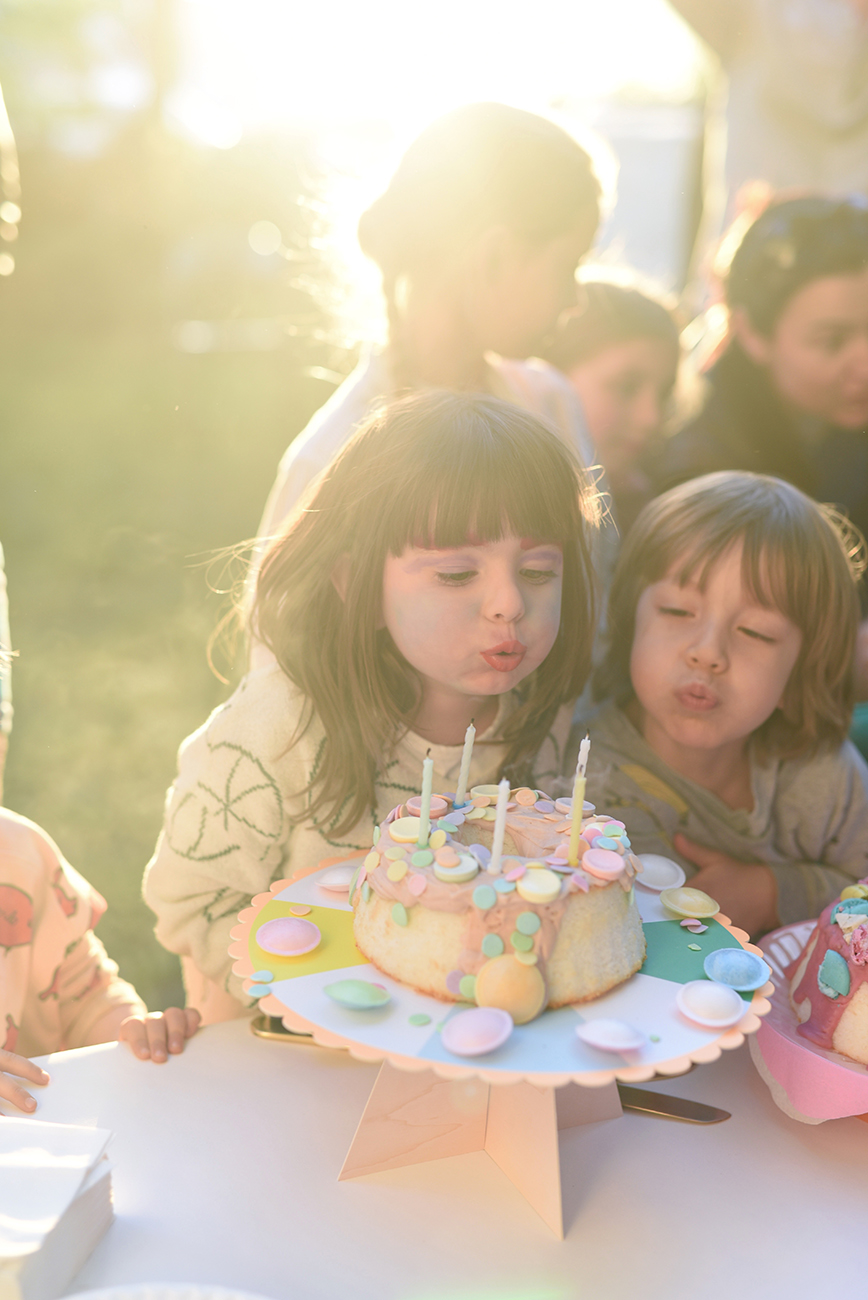 Péa les maisons. Birthday party in the yard with the most beautiful angel cake decorated with candy