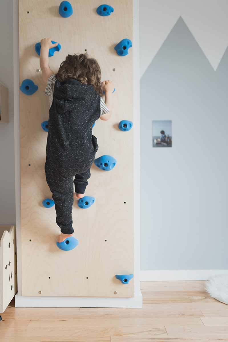 Péa les maisons. A climbing wall in a toddler boy's bedroom