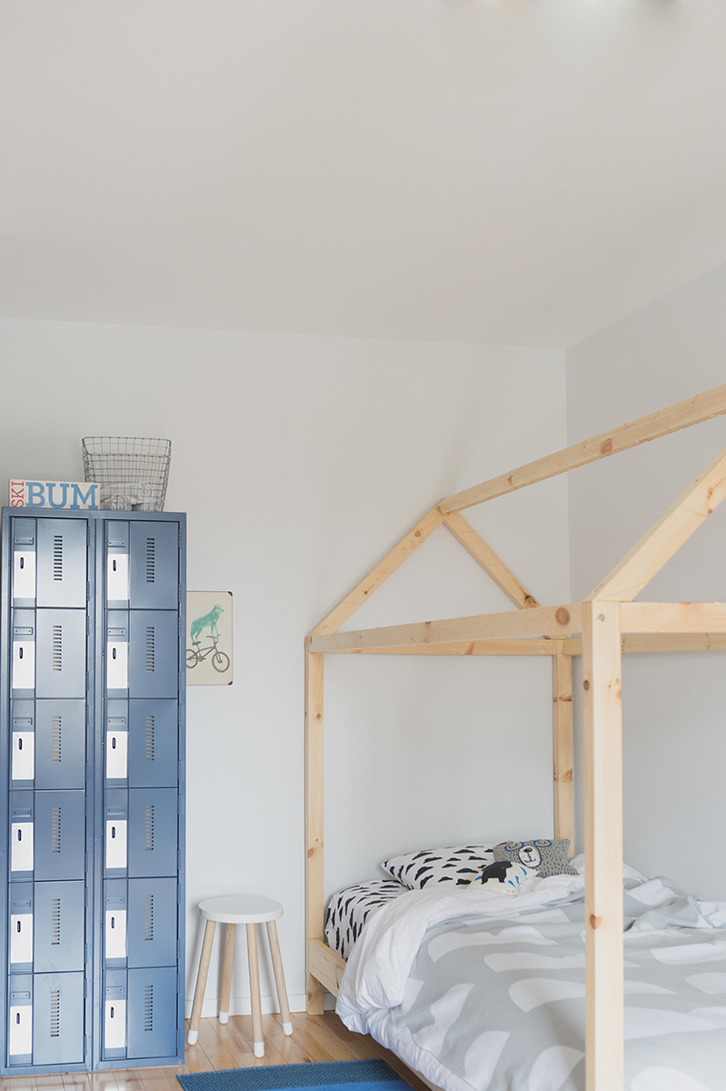 Péa les maisons. With its lockers and its house bed, this boy's room has a nice ski lodge look